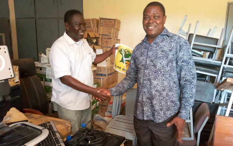 Acto oficial de entrega con miembro de la Dirección Provincial de la Educación